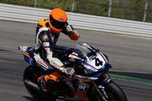 Ricardo Brink met duim omhoog op zijn motor.